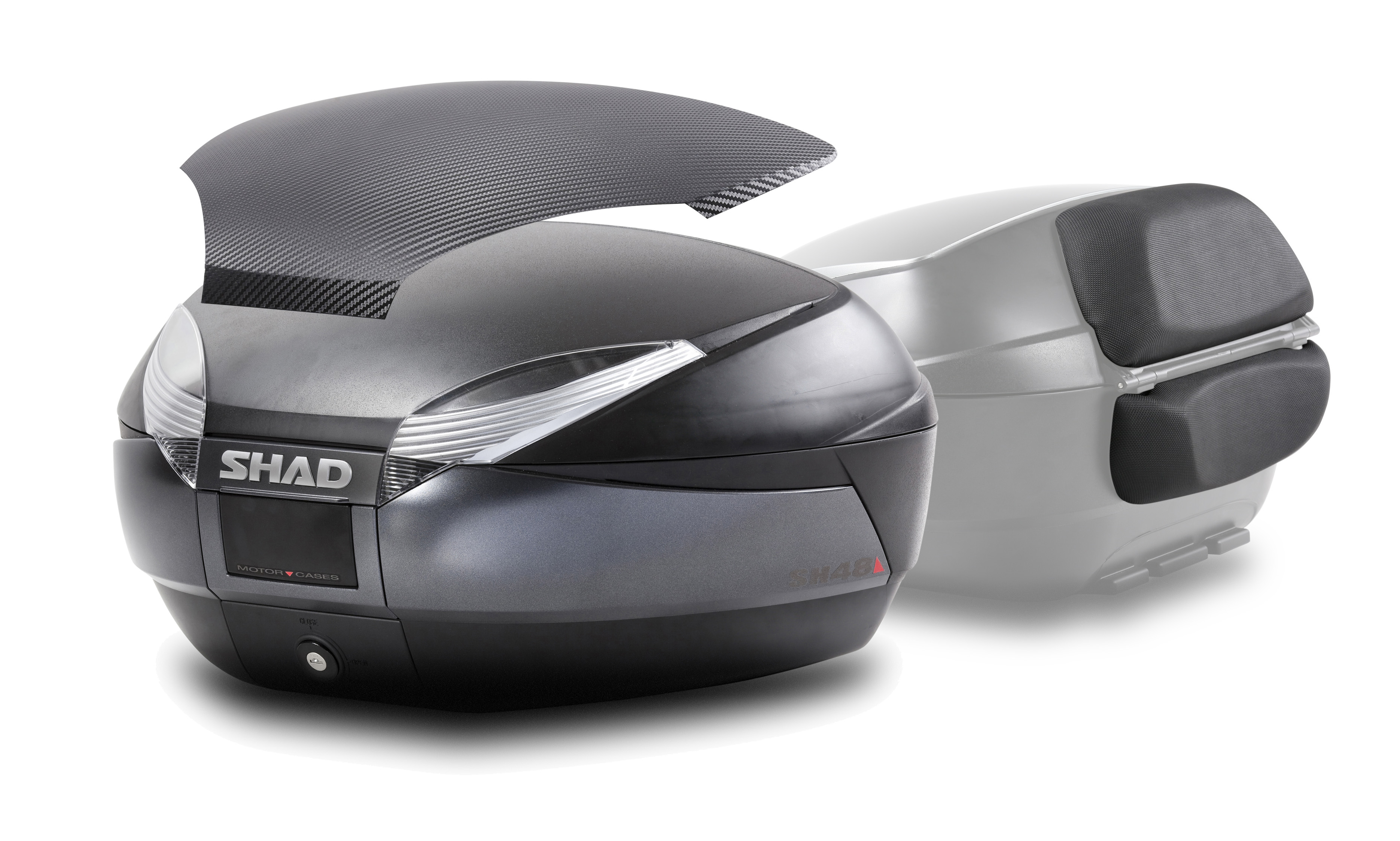 Baúl Shad SH48 en Gris oscuro con tapa de carbono y respaldo